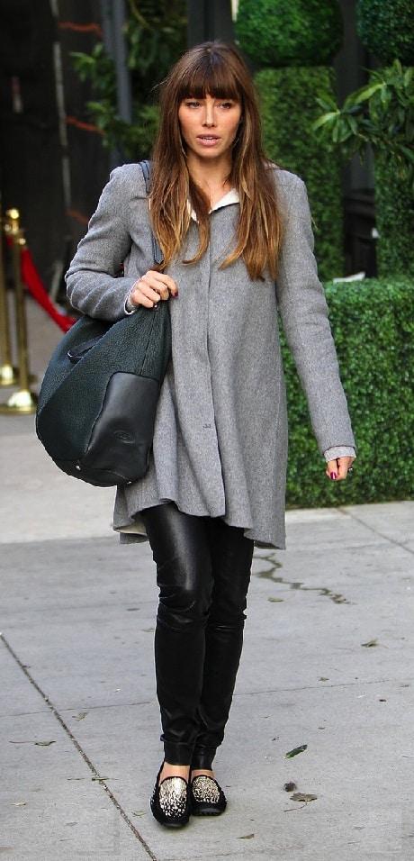 Jessica Biel con borsa e mocassini Tod's