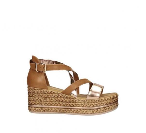 Sandalo di colore marrone con suola a zeppa e dettagli dorati